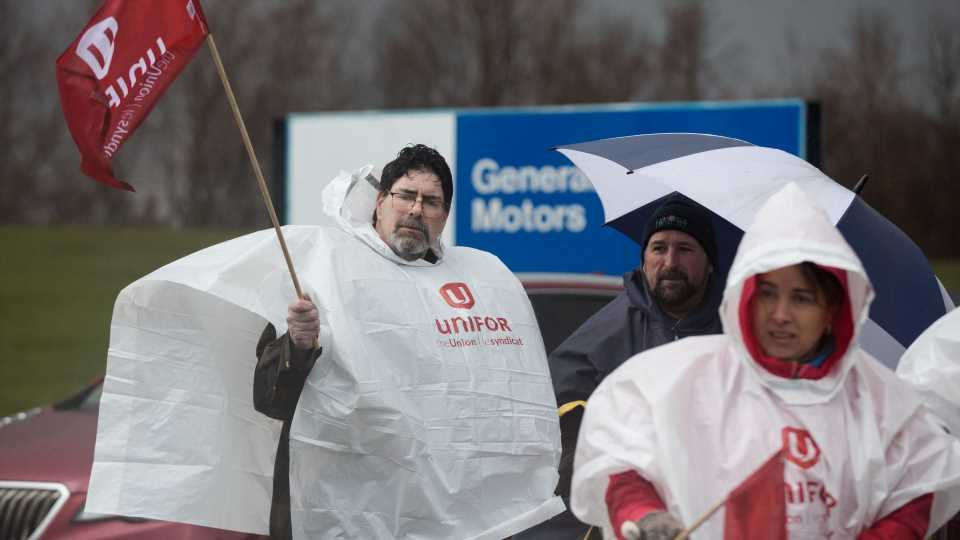 GM Workers at Oshawa Assembly Walk out to Protest Plant Closure, Mass Layoffs