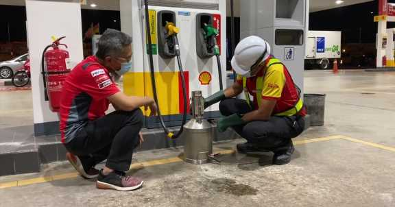 Depressing the handle on a fuel nozzle fully results in less fuel delivered than you paid for – fact or fiction? – paultan.org