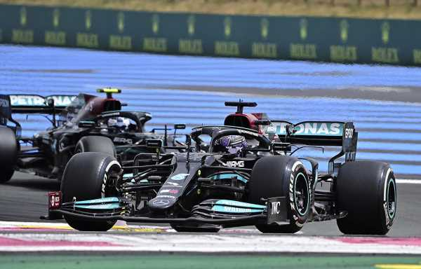 FIA 'are looking into' Mercedes' flexing front wing