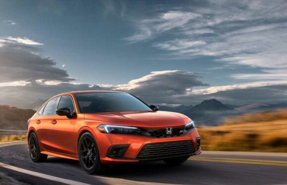 The 2022 Honda Civic Si Drops Power but Keeps the Stick